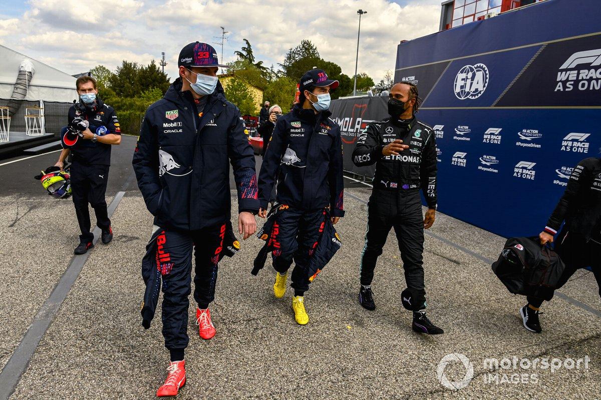 Los tres primeros clasificados tercero Max Verstappen, Red Bull Racing, segundo Sergio Pérez, Red Bull Racing, y el ganador de la pole Lewis Hamilton, Mercedes