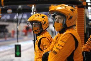 Les mécaniciens McLaren dans les stands
