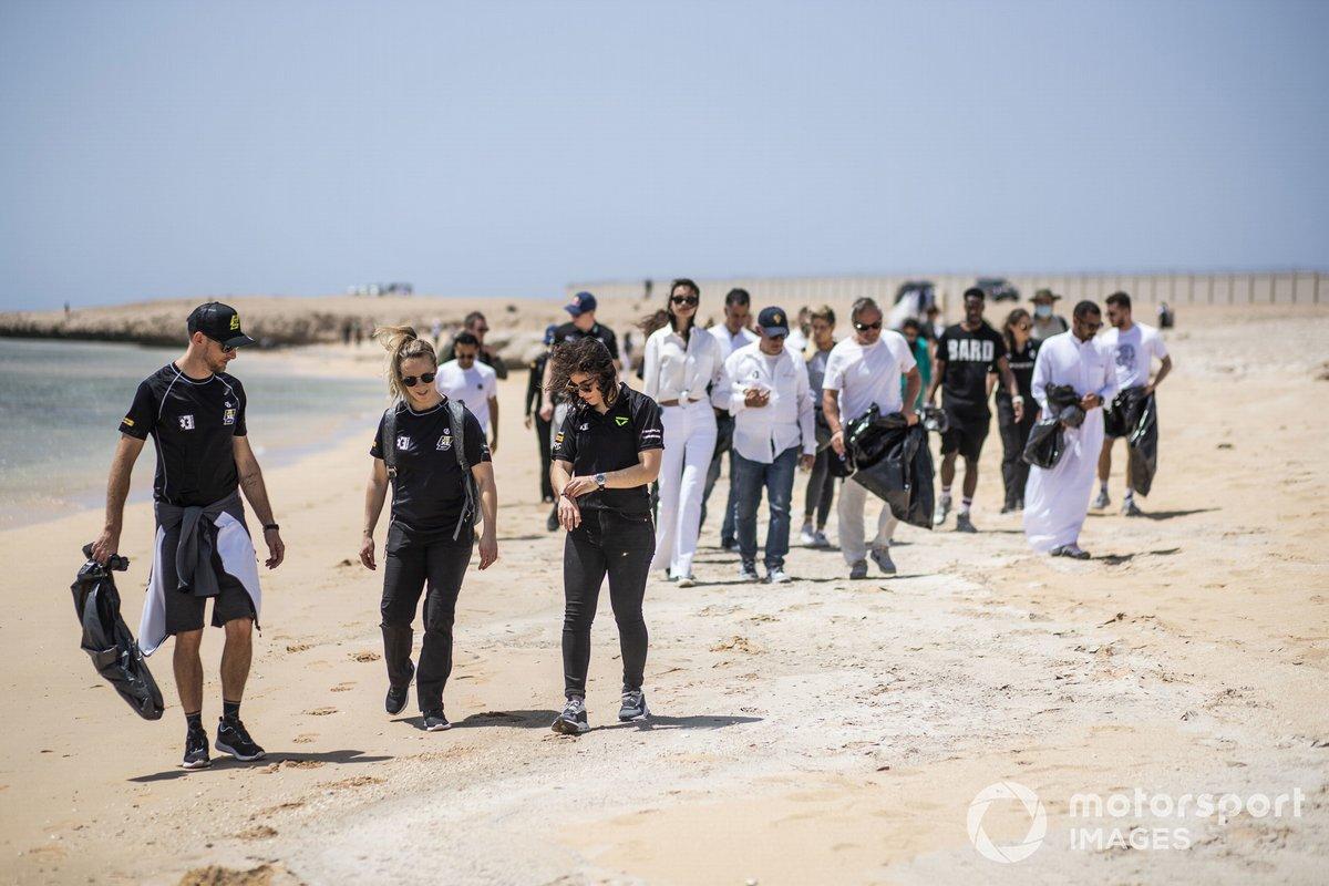 Jenson Button, JBXE Extreme-E Team, Mikaela Ahlin-Kottulinsky, JBXE Extreme-E Team, y Jamie Chadwick, Veloce Racing, en la playa que limpiaron