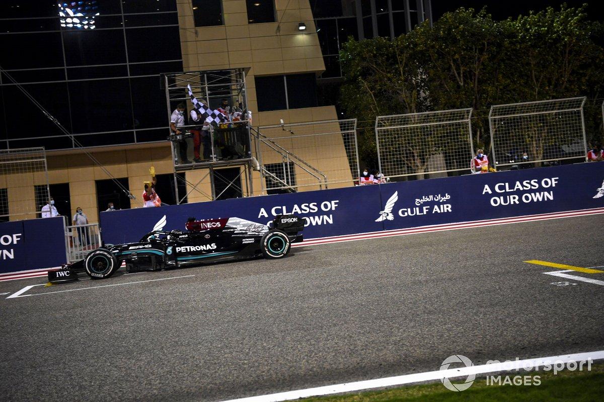 Ganador Lewis Hamilton, Mercedes W12, se lleva la bandera a cuadros