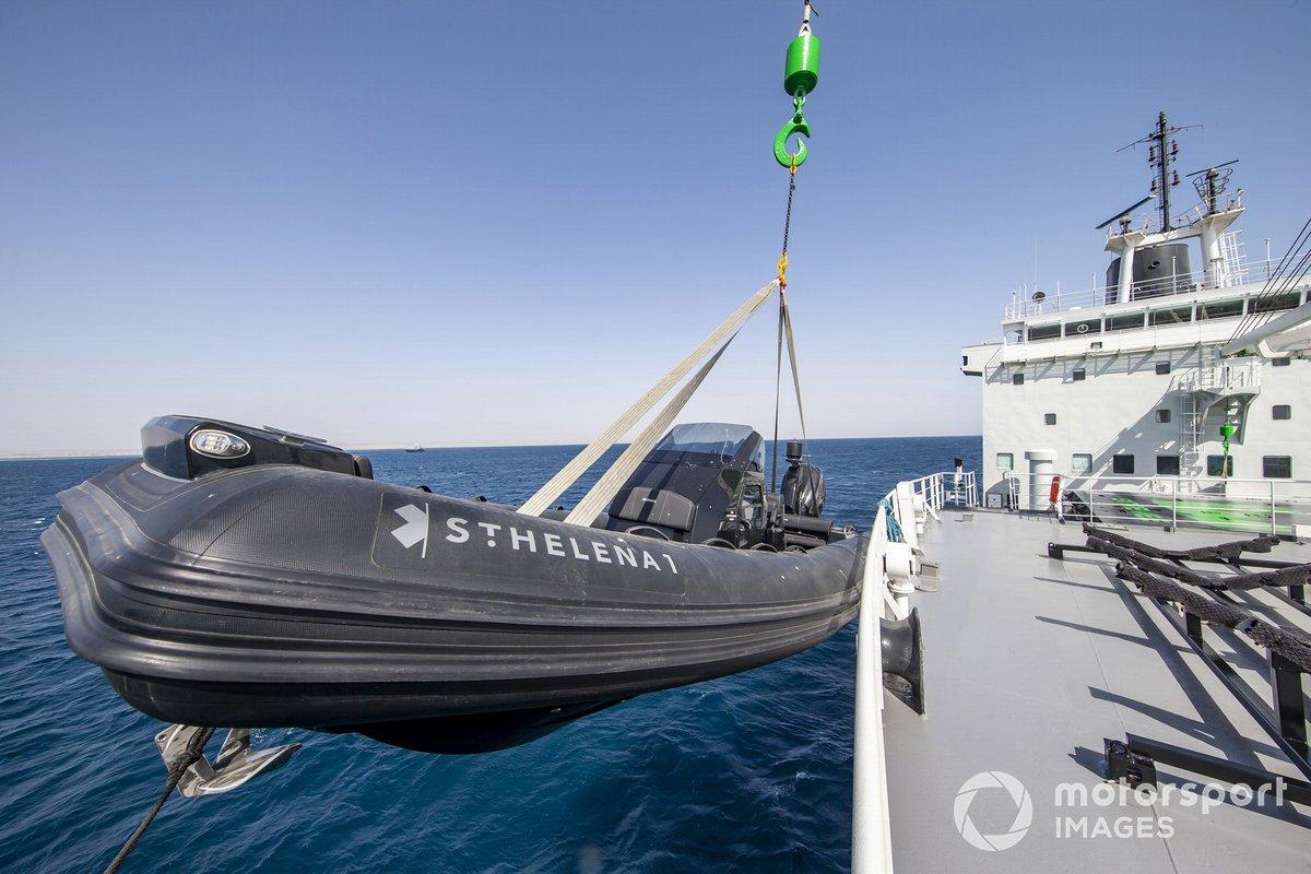 Los botes salvavidas RMS St. Helena se bajan al mar