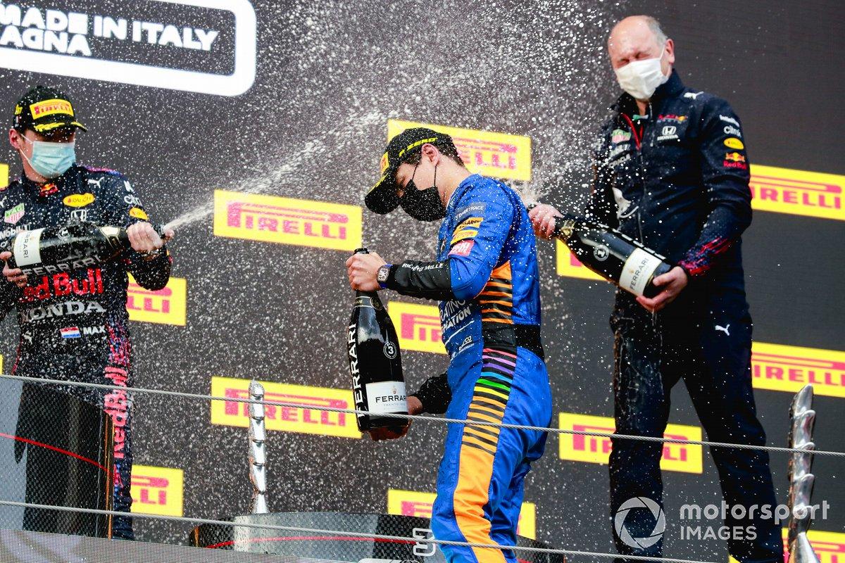 Max Verstappen, Red Bull Racing, 1 ° posto, Lando Norris, McLaren, 3 ° posto e il delegato del trofeo Red Bull, festeggiano sul podio