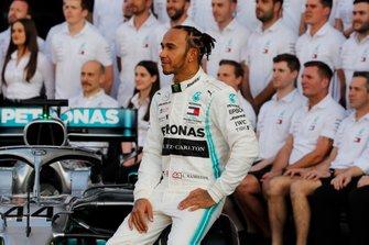 Lewis Hamilton, Mercedes AMG F1, pose pour une photo de groupe