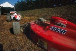 Los monoplazas destrozados de Alain Prost, Ferrari 641 y Ayrton Senna, McLaren MP4/5B Honda