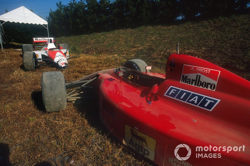 The wrecked cars of Alain Prost, Ferrari 641 and Ayrton Senna, McLaren MP4/5B Honda