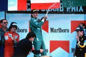 Podio: Peter Collins, Alain Prost, McLaren, Gerhard Berger, Benetton, y Ayrton Senna, Lotus F1 Team