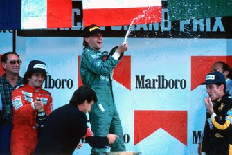 Podio: Manager del team Benetton Peter Collins, secondo classificato Alain Prost, McLaren, il vincitore della gara Gerhard Berger, Benetton, terzo classificato Ayrton Senna, Lotus F1 Team, al GP del Messico del 1986