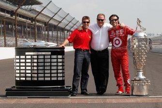 Chip Ganassi con trofeos Indy 500, Brickyard 400 y Daytona 500