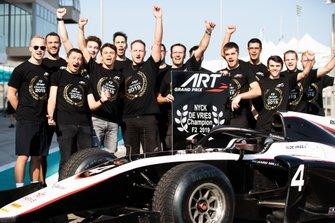 الإحتفال بفوز نيك دي فريز، آرت غران بري ببطولة العالم