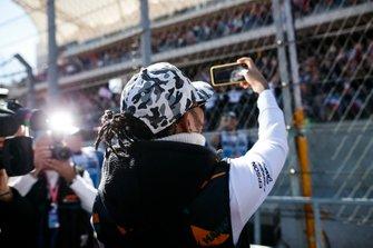 Lewis Hamilton, Mercedes AMG F1, tijdens de rijdersparade