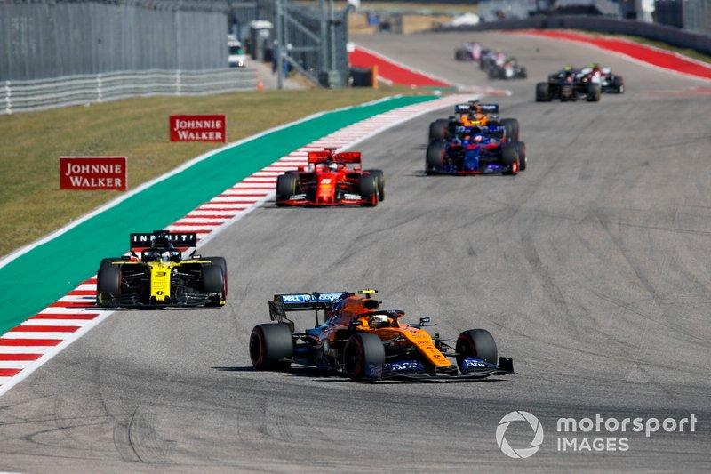 Lando Norris, McLaren MCL34, precede Daniel Ricciardo, Renault F1 Team R.S.19 e Sebastian Vettel, Ferrari SF90