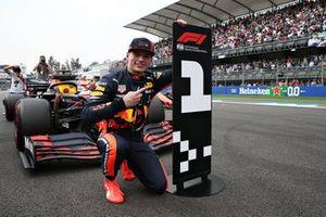 Max Verstappen celebra su pole antes de ser sancionado