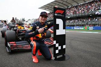 Max Verstappen viert pole-position in Mexico, voordat hij drie plaatsen gridstraf zou ontvangen.