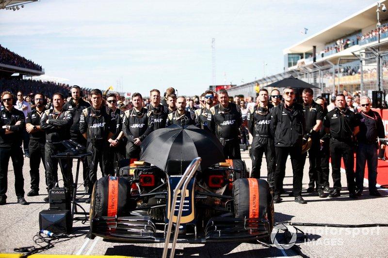 Meccanici in griglia di partenza con la monoposto di Kevin Magnussen, Haas F1 Team VF-19