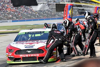 Ryan Blaney, Team Penske, Ford Mustang, makes a pit stop