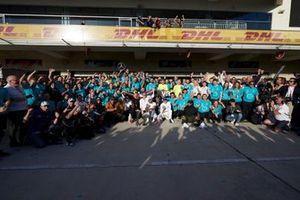 Lewis Hamilton, Mercedes AMG F1, festeggia la vittoria del Mondiale con i colleghi e l'attore Matthew McConaughey