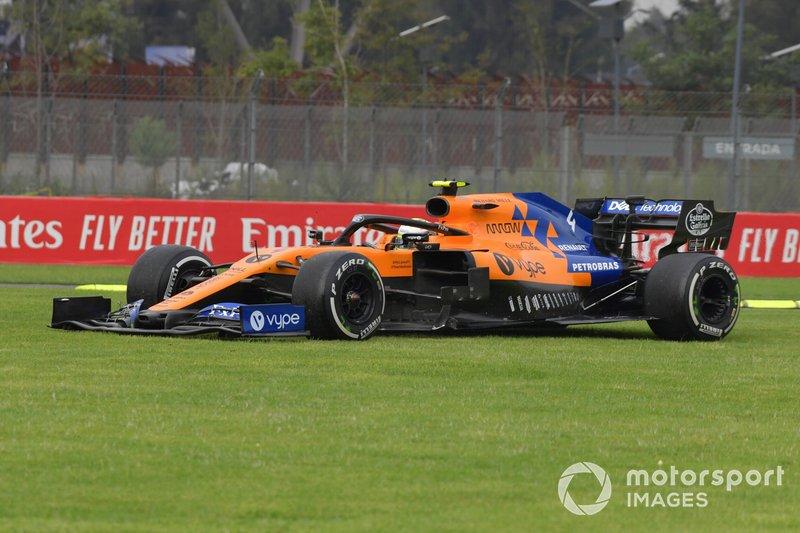 Lando Norris, McLaren MCL34, por la hierba