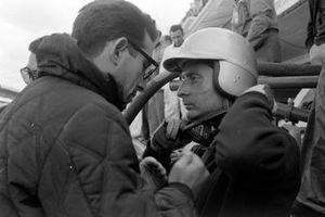 Nino Vaccarella, Ferrari 275P parla a Mauro Forghieri, alla 24 ore di Le Mans del 1964