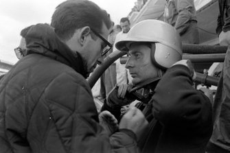 Nino Vaccarella, Ferrari 275P talks to Mauro Forghieri