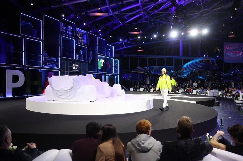Modelli sul palco prima della presentazione dell'auto