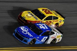 Ricky Stenhouse Jr., JTG Daugherty Racing, Chevrolet Camaro Kroger, Joey Logano, Team Penske, Ford Mustang Shell Pennzoil