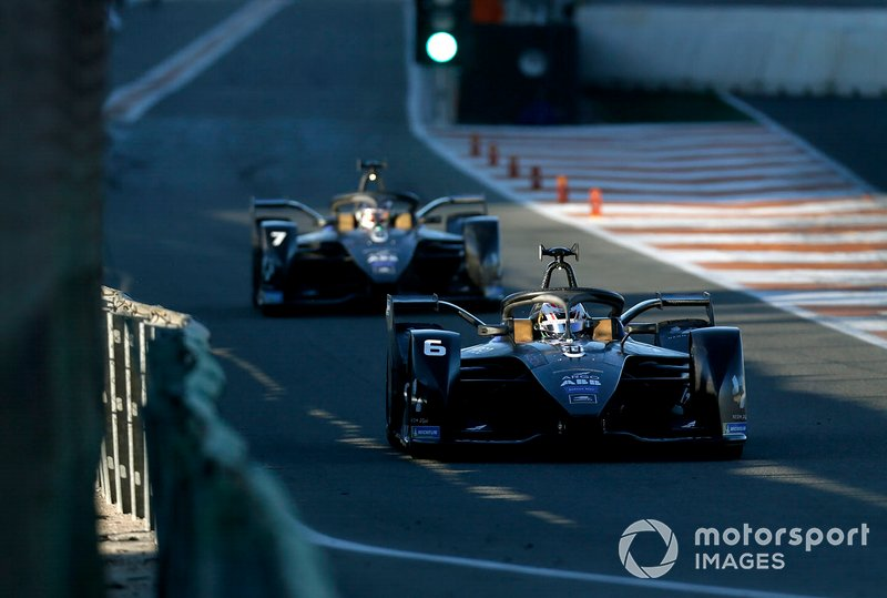Brendon Hartley, Dragon Racing, Penske EV-4 sort des stands devant Nico Müller, GEOX Dragon, Penske EV-4