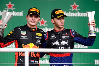 Max Verstappen, Red Bull Racing, 1° classificato, e Pierre Gasly, Toro Rosso, 2° classificato, sul podio con i loro trofei