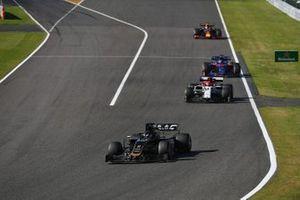 Romain Grosjean, Haas F1 Team VF-19, precede Kimi Raikkonen, Alfa Romeo Racing C38, e Daniil Kvyat, Toro Rosso STR14