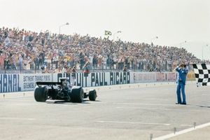 Ronnie Peterson, Lotus 72E Ford, takes the chequered flag
