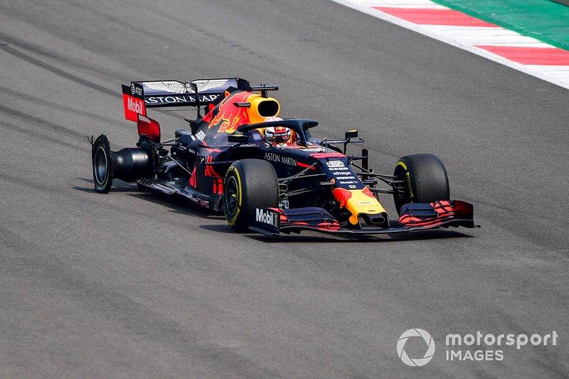 Max Verstappen, Red Bull Racing RB15, si dirige ai box con una foratura