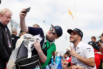 Daniel Abt, Audi Sport ABT Schaeffler takes a selfie at the autograph session
