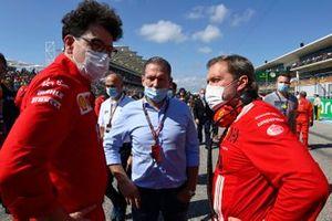 Mattia Binotto, Team Principal, Ferrari, and Jos Verstappen on the grid