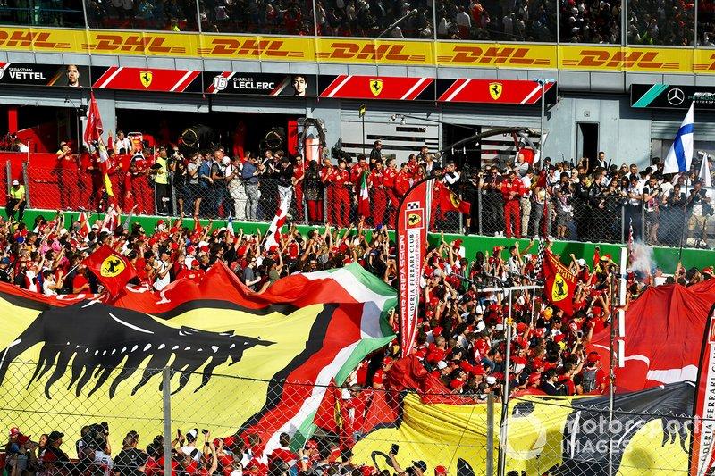 Il pubblico festeggia la vittoria della Ferrari