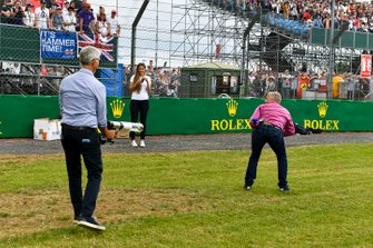 Damon Hill, Sky TV fires a t-shirt at Johnny Herbert, Sky TV
