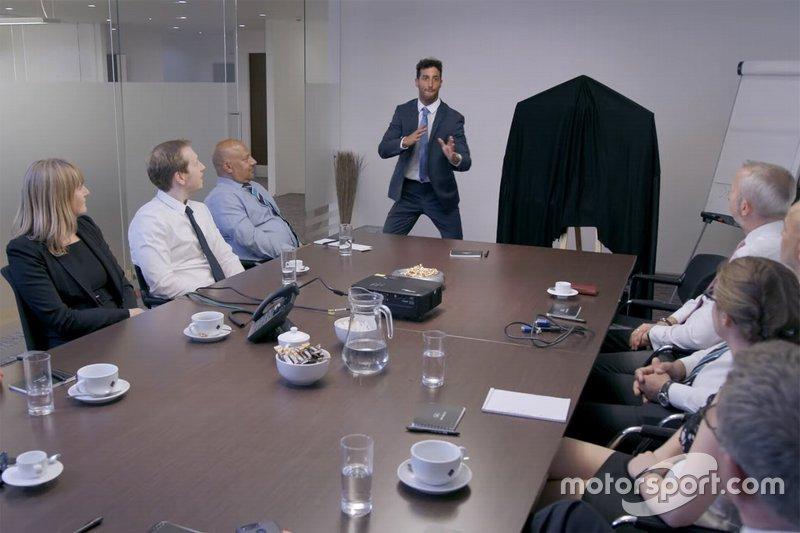 Daniel Ricciardo con los empleados de INFINITI