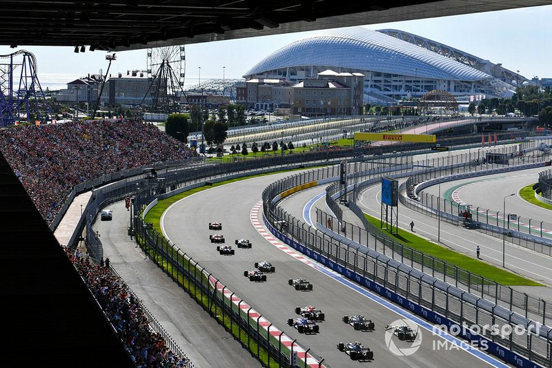 Sebastian Vettel, Ferrari SF90, devant Charles Leclerc, Ferrari SF90, Lewis Hamilton, Mercedes AMG F1 W10, Carlos Sainz Jr., McLaren MCL34, Valtteri Bottas, Mercedes AMG W10, et le reste du peloton au départ