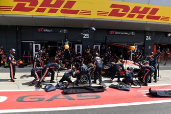 Pierre Gasly, Red Bull Racing RB15, fa un pit stop