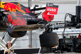 Marshals remove the damaged car of Pierre Gasly, Red Bull Racing RB15, from the circuit