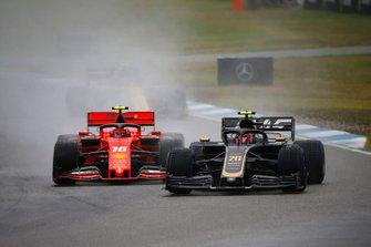 Kevin Magnussen, Haas F1 Team VF-19, precede Charles Leclerc, Ferrari SF90