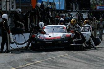 #912 Porsche GT Team Porsche 911 RSR, GTLM: Earl Bamber, Laurens Vanthoor, Pit Stop