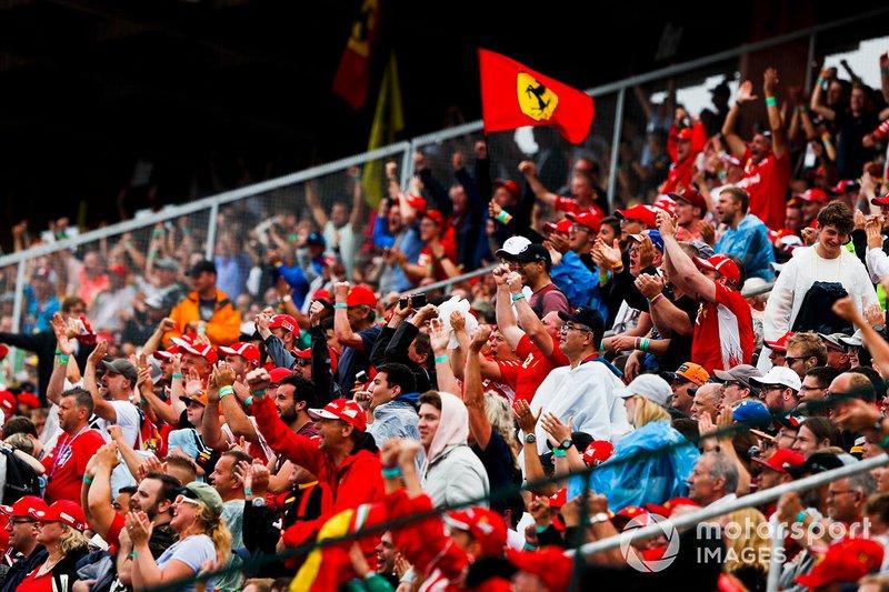 I tifosi esultano mentre Sebastian Vettel, Ferrari SF90, compie un