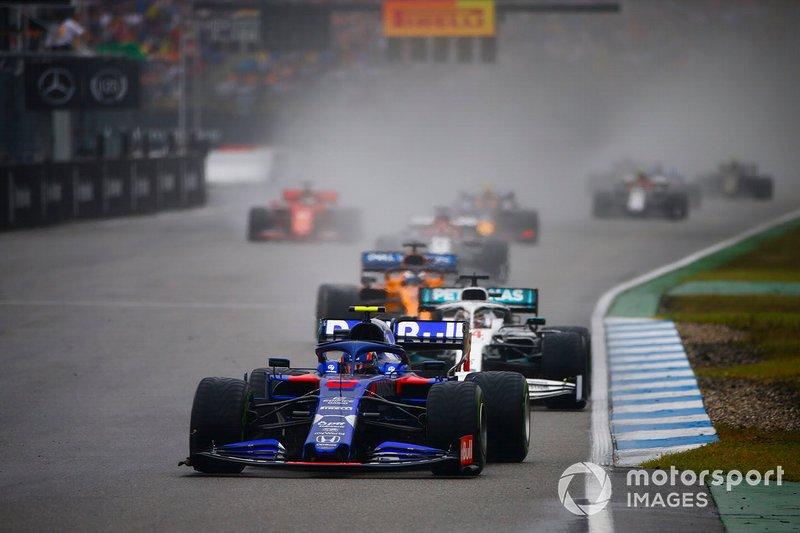 Alexander Albon, Toro Rosso STR14, precede Lewis Hamilton, Mercedes AMG F1 W10, e Carlos Sainz Jr., McLaren MCL34