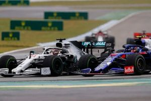 Lewis Hamilton, Mercedes AMG F1 W10, en lutte avec Alexander Albon, Toro Rosso STR14