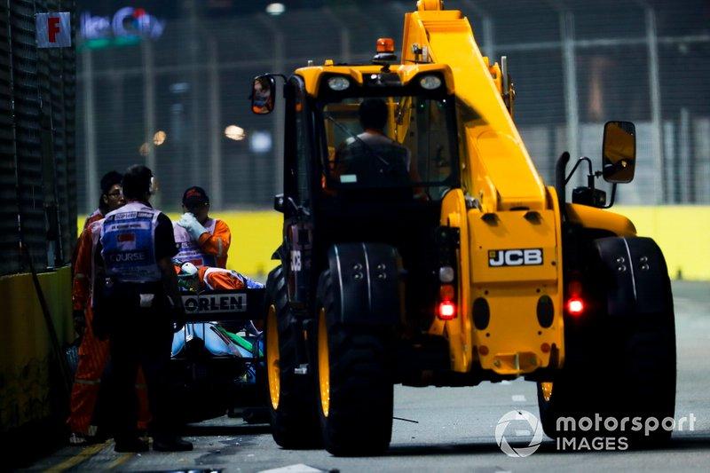 Coche de George Russell, Williams Racing FW42 siendo recuperado por los oficiales de pista
