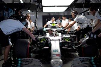 Lewis Hamilton, Mercedes AMG F1 W10, dans le garage