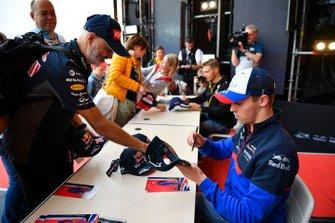 Daniil Kvyat, Toro Rosso, meets fans