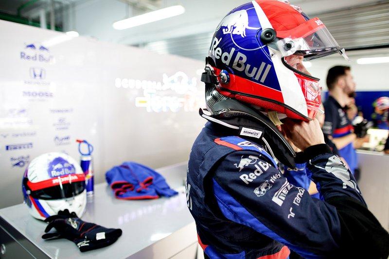 Daniil Kvyat'ın Rusya GP özel kaskı (Masanın üstünde)