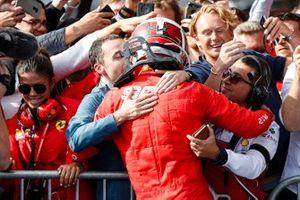 Racewinnaar Charles Leclerc, Ferrari, met zijn manager Nicolas Todt in Parc Ferme