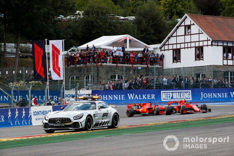 El coche de seguridad lleva a Charles Leclerc, Ferrari SF90 y Sebastian Vettel, Ferrari SF90