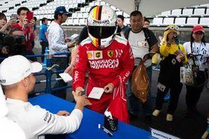 Valtteri Bottas, Mercedes AMG F1, incontra un fan
